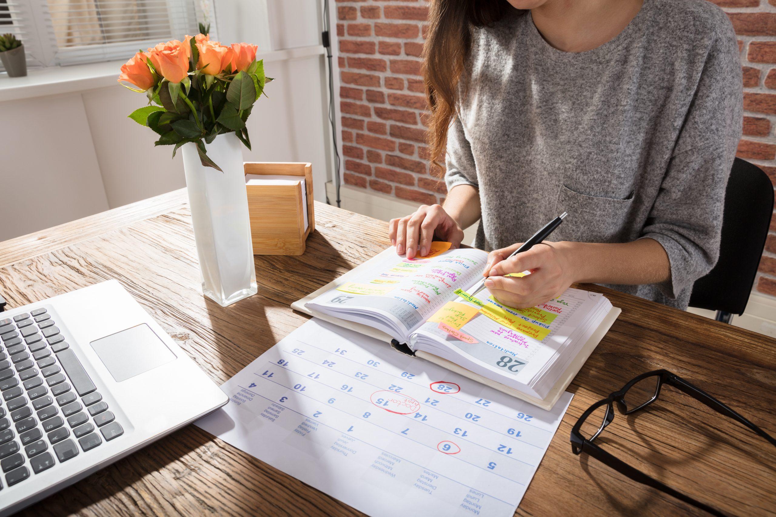 Ondernemer plant opdrachten in agenda tips voor fotografen tijdens downtime