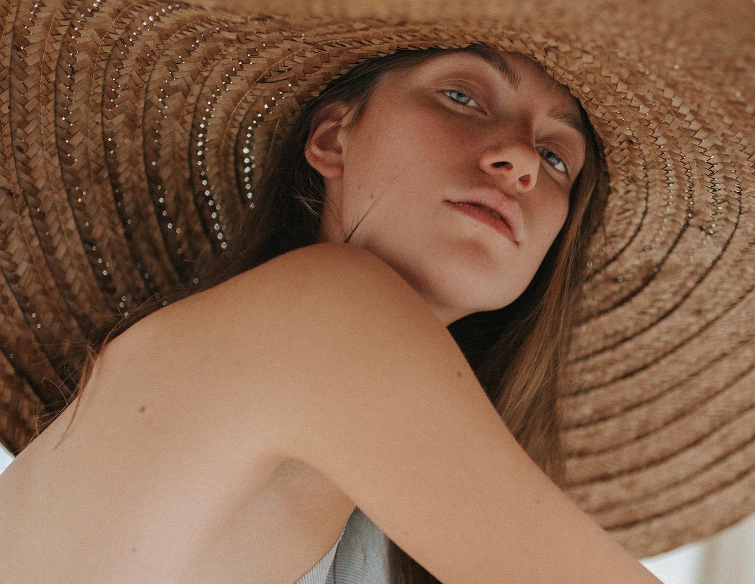 Portret van model Merel Koldenhof met hoed
