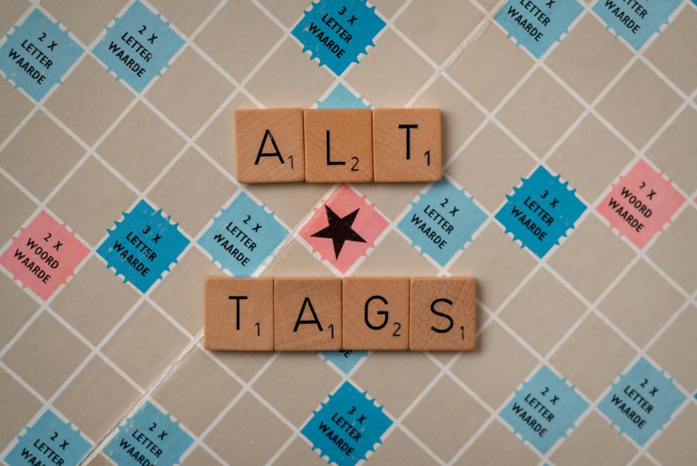 scrabble bord met alt tags gespeld in letters