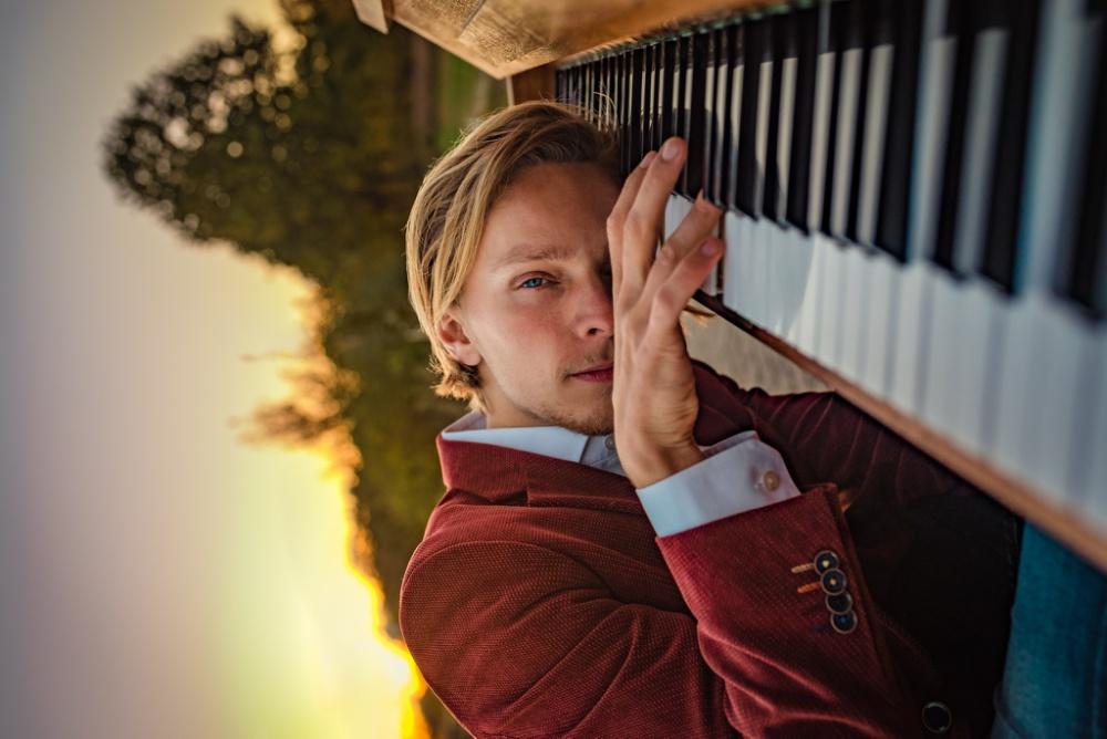 pianist ligt met hoofd op pianotoetsen