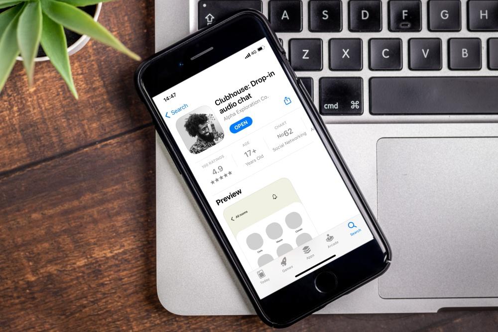 iPhone met Clubhouse drop-in audio app